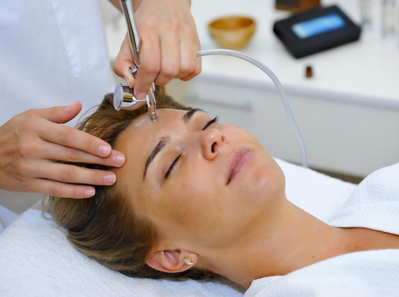 Продлеваем молодость с помощью косметолога: 3 действенные омолаживающие процедуры