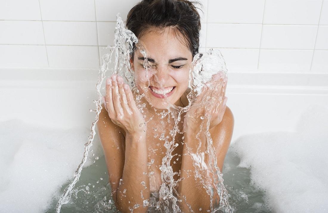 Жесткая вода – не беда: 5 способов уберечь волосы и кожу