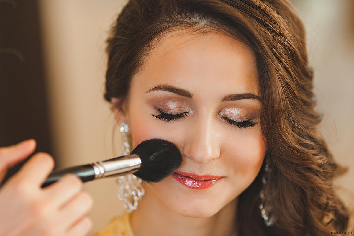Техника летнего макияжа: что такое сэндбеггинг и зачем он нужен