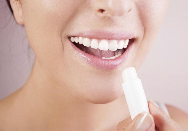 8 неожиданных способов применения бальзама для губ, о которых стоит знать