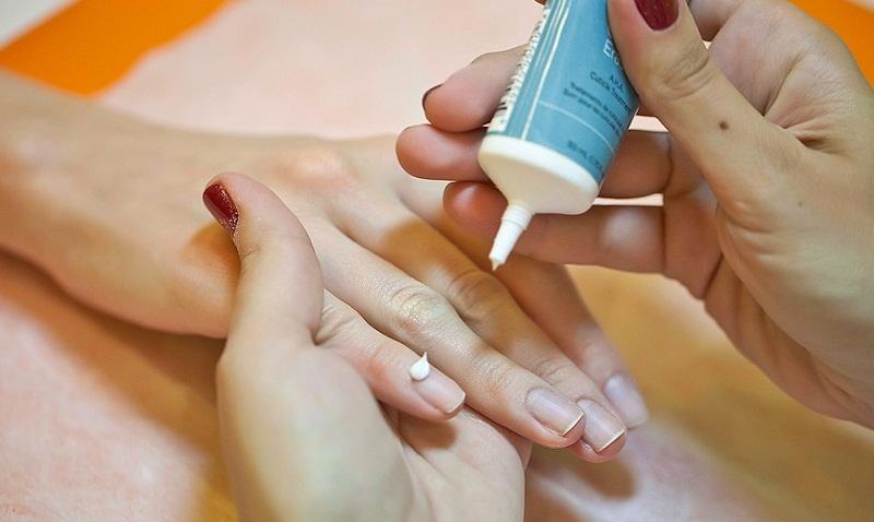 Как быстро и легко снять с ногтей даже лак с блестками