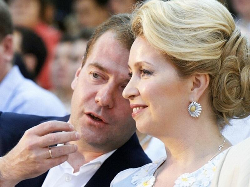 Какие драгоценности надевает на выход Светлана Медведева