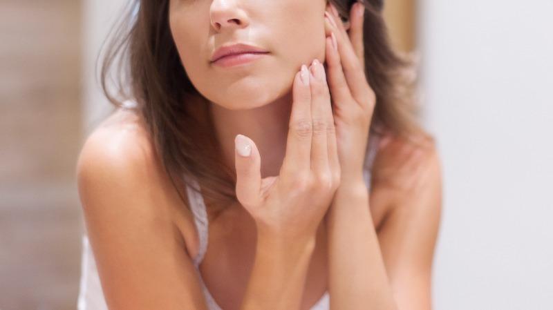 Как ухаживать за жирной кожей, чтобы отказаться от тонального крема