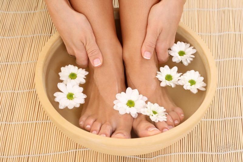 4 рецепта ванночек для ног спасут от потливости и запаха даже в жару