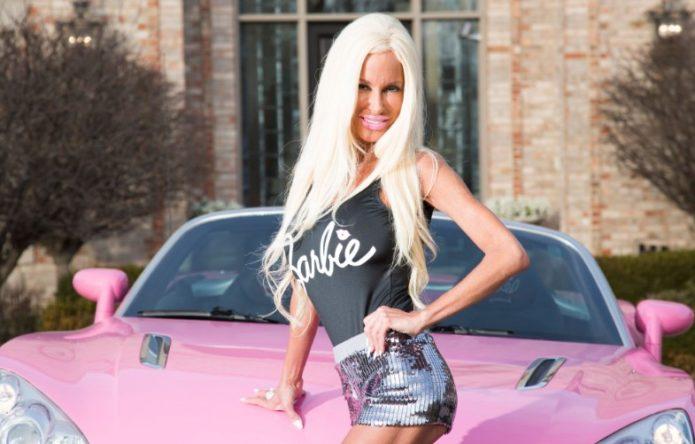 Наннетт Хэммонд рядом с розовой машиной