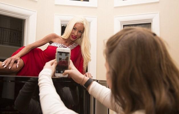 Ожившая кукла Барби позирует перед фотокамерой