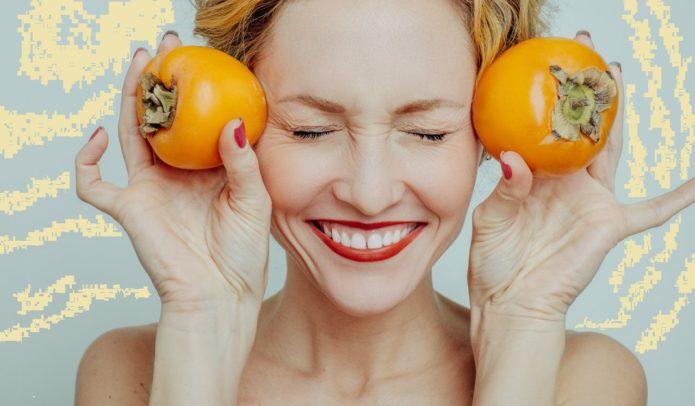 Девушка с двумя плодами хурмы