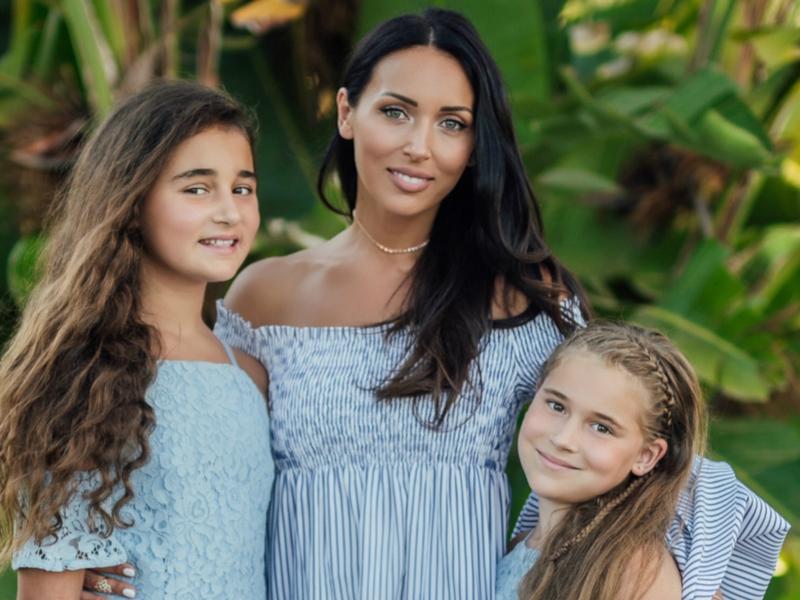 Алсу провела с дочерьми фотосессию для рекламы брендовой одежды