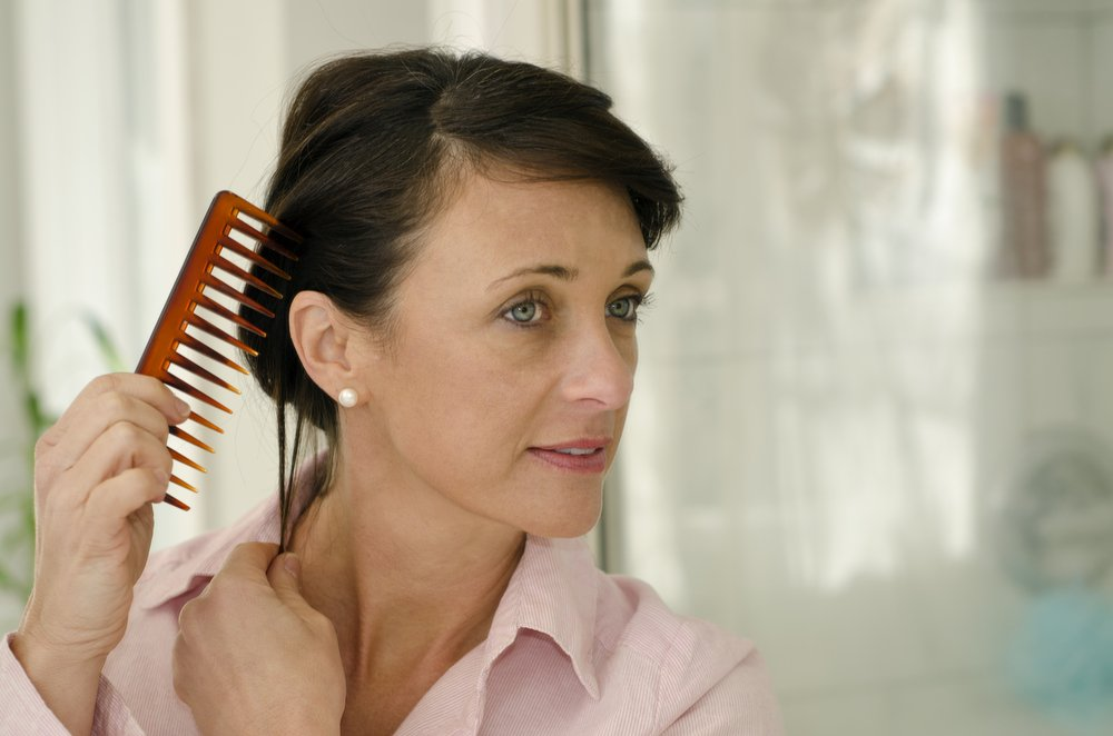 Почему после 30 волосы стремительно редеют: 4 причины потери их густоты