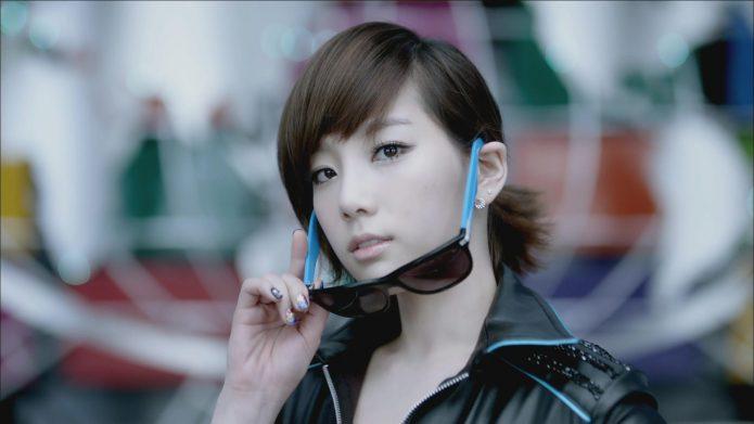 Азиатка симает очки