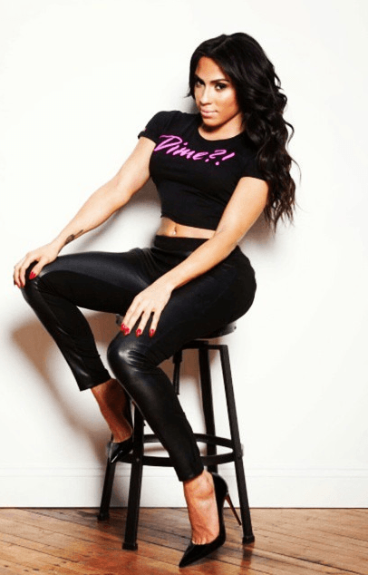 Талия Альмодовар в чёрной одежде и на шпильках