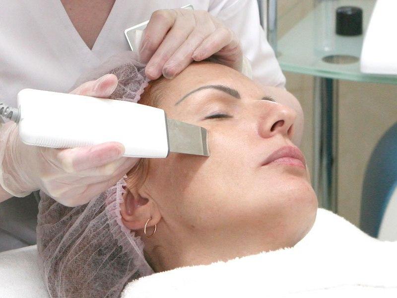 Аппаратная чистка лица очищает кожу