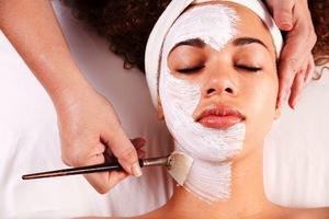 Нанесение скраба на лицо позволяет очистить кожу